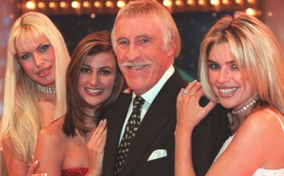 File:Tpir Bruce and hostesses.jpg